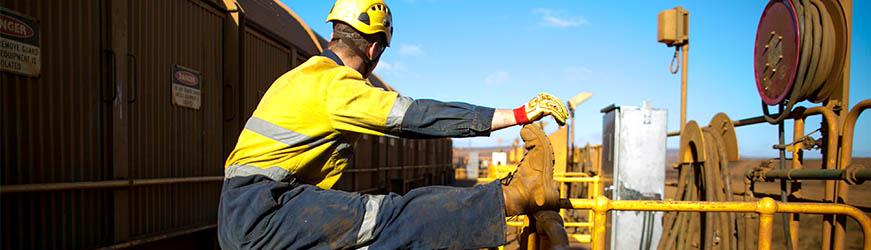 Ouvrier s etire sur un chantier