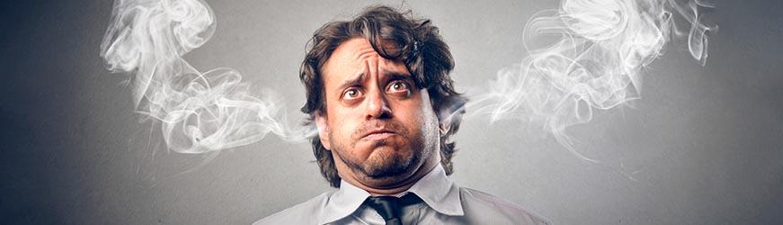 Homme à bout, stressé, retenant son souffle, joues gonflées et fumée sortant des oreilles.