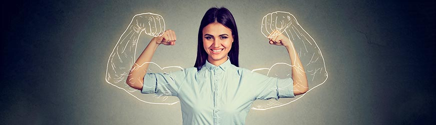 Femme souriante, montrant ses de bras comme s'ils étaient très musclés. Un dessin de bras très musclés se superpose sur ceux de la femme.