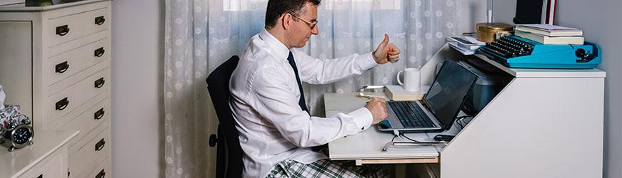 travailler dans de bonnes conditions depuis chez soi homme devant son ordinateur professionnel pouce en avant