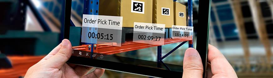 Tablette affichant des horaires de prise en charge pour des colis en attente d'expédition.