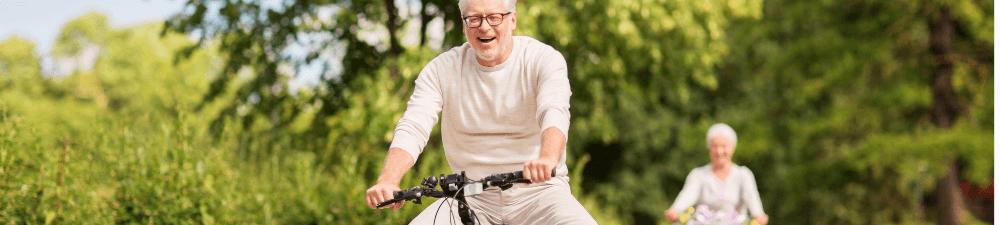 un retraité à vélo