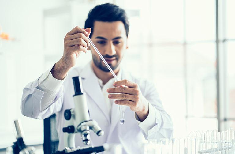 chercheur-analyse-medical-laboratoire