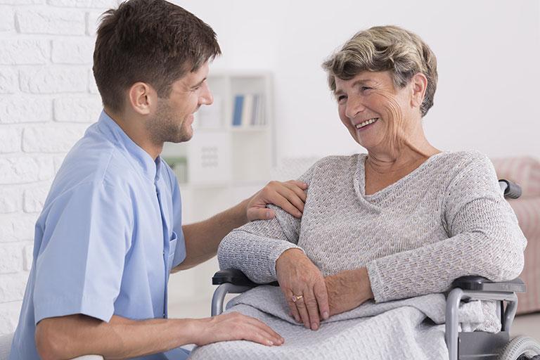 infirmier-discute-personne-agee-soins-domicile